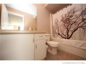 Kelowna-Mortgage-Broker-John-Antle-Featured-listing-1479-Glenmore-bathroom
