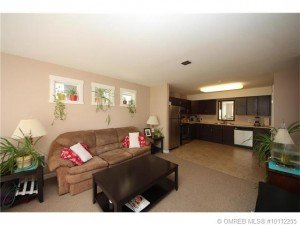 Kelowna-Mortgage-Broker-John-Antle-Featured-listing-1479-Glenmore-kitchen